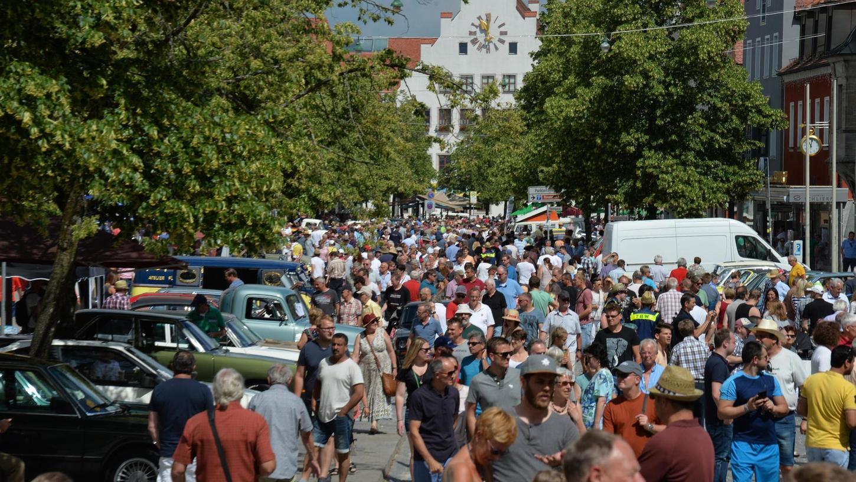Das 10. Neumarkter Oldtimertreffen lockte bei strahlendem Sonnenschein rund 30 000 Besucher an, die etwa 1000 Fahrzeug-Raritäten bewundern konnten. In der Altstadt war zeitweise fast kein Durchkommen mehr.