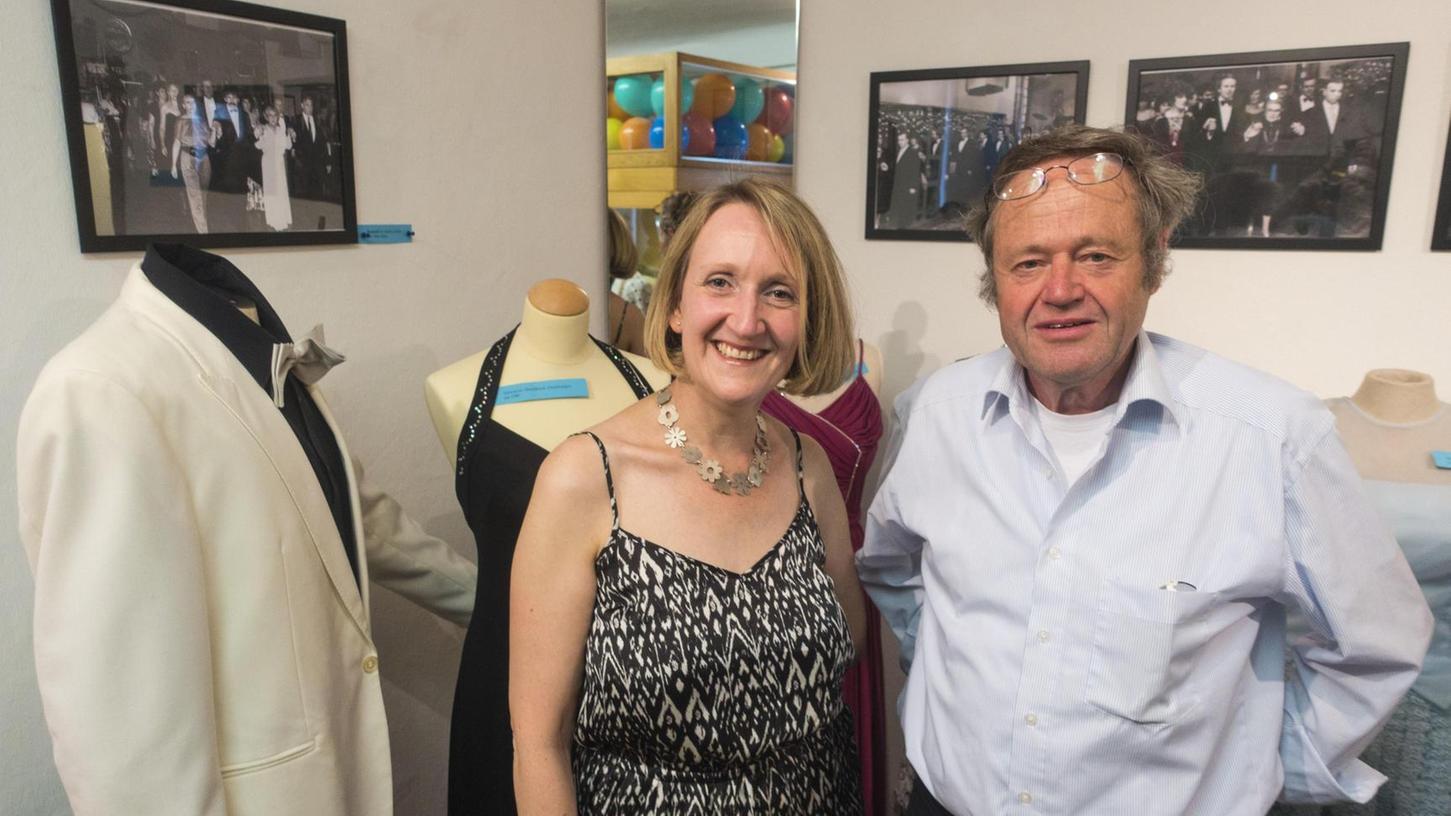 Heidi Stinzendörfer hat die nostalgische Ausstellung für das Heimatmuseum Langenzenn konzipiert. Besucher können dort in Erinnerungen schwelgen, genauso wie es Klaus Roscher tut.