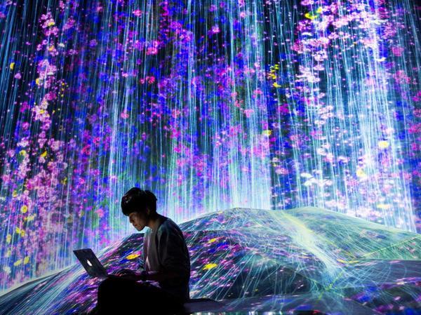 Abgetaucht in virtuellen Wunderwelten: Ein Besucher im
