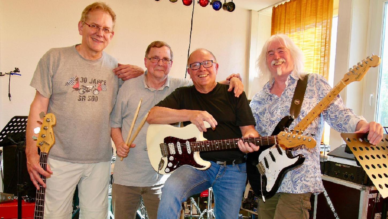 Auch nach 35 Jahren haben sie Spaß: Am Bass Michael Tielemann, Schlagzeug und Gesang Uwe Hillmer, Lead-Gitarre Winfried Dulz und an der Rhythmus-Gitarre Dieter Dippel (von links).