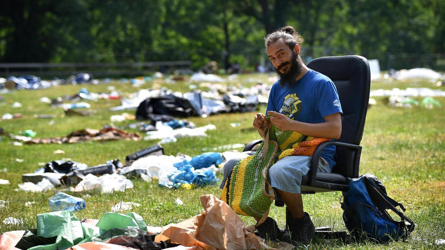 Alexandru Ciocea setzt auf Recycling: Er schneidet die zurückgelassenen Zeltplanen auf dem Rock-im-Park-Gelände in Streifen und häkelt daraus eine Tasche. Auf diese Art protestiert er gegen die Müllflut.