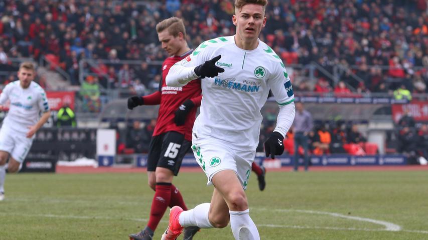 Doch die Antwort aus Fürth kam bereits im Rückspiel: Beim 1. FC Nürnberg gewannen die 2017/18 chronisch auswärtsschwachen Fürther mit 2:0. Es war der einzige Auswärtsdreier des Kleeblatts in dieser Saison und in Hinblick auf den Abstiegskampf ein ganz entscheidender.