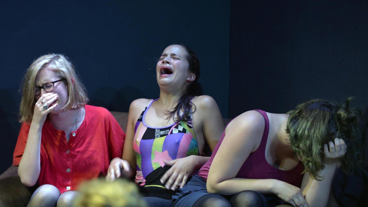 """Assoziationskette weiblicher Befindlichkeiten: Szene aus """"Handlungseintopf – eine feministische Auseinanderreihung in zehn Akten""""."""