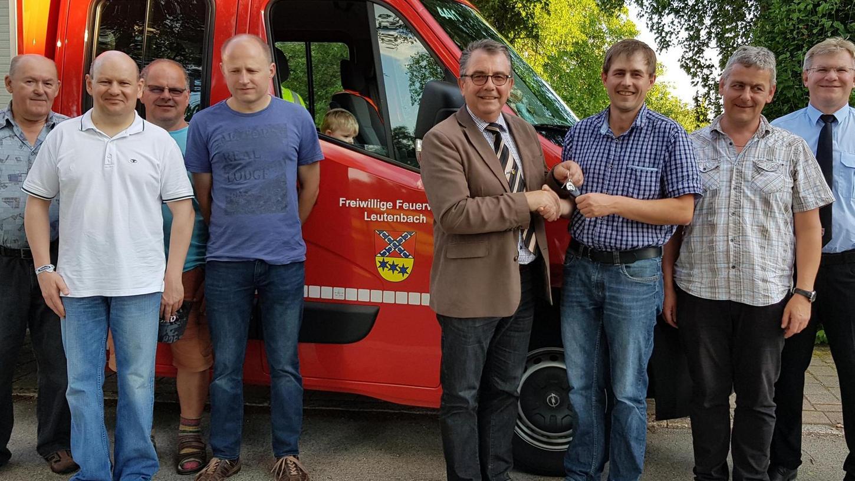 Bürgermeister Alois Scherer übergab an den Kommandanten Markus Scherer offiziell die Schlüssel für das neue Tragkraftspritzenfahrzeug.