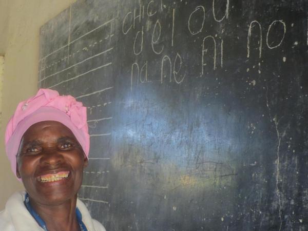 Sakina ist eine der Home-based-Care Worker. Sie hat selbst erst lesen und schreiben gelernt.