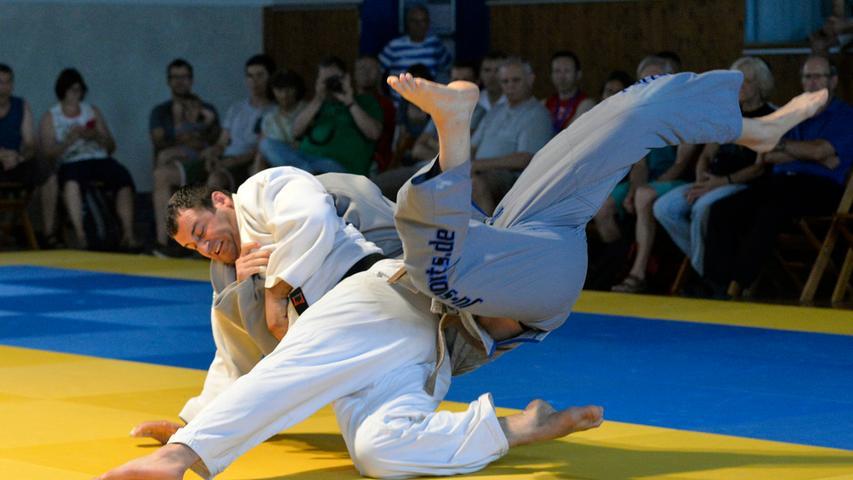 Erlangen: Kampftag in der 1. Judo Bundesliga zwischen dem TV Erlangen (graue Anzüge) und der Mannschaft aus Speyer. Foto: Florian Haas (Erlangen) gegen Onise Bughadzet, über 100 kg. 09.06.2018. Foto: Harald Sippel