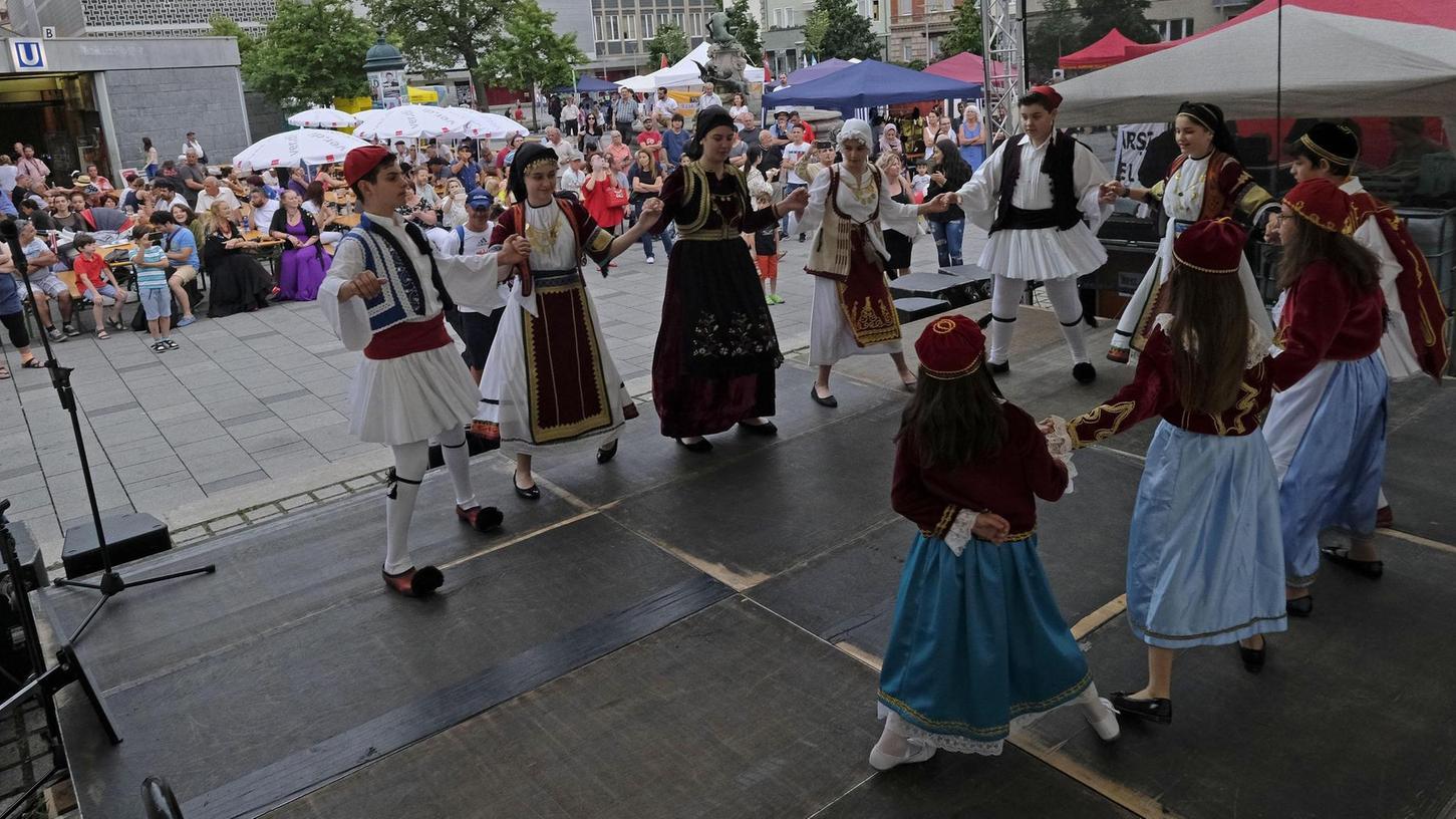 Mit ihrer griechischen Folklore wussten die Kinder vom Verein Trikala und Freunde die Besucher des Straßenfests gegen Rassismus und Diskriminierung zu begeistern.