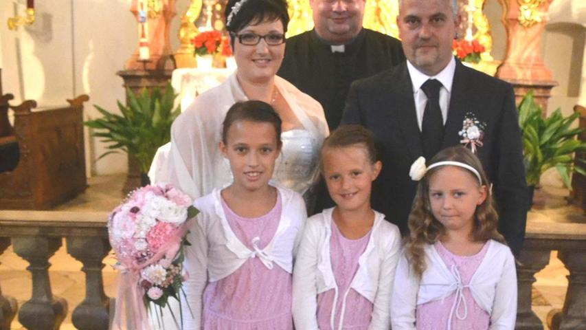 Vor elf Jahren haben sich Christiane (34; geborene Kellner) aus Mühlhausen und Sven Gille (36) aus Neumarkt-Hasenheide auf dem Standesamt in Mühlhausen das Ja-Wort gegeben. Nun haben sie sich auch den kirchlichen Segen von Pfarrer Andreas Endriß geholt. Der Geistliche zelebrierte den Gottesdienst in der katholischen Kirche