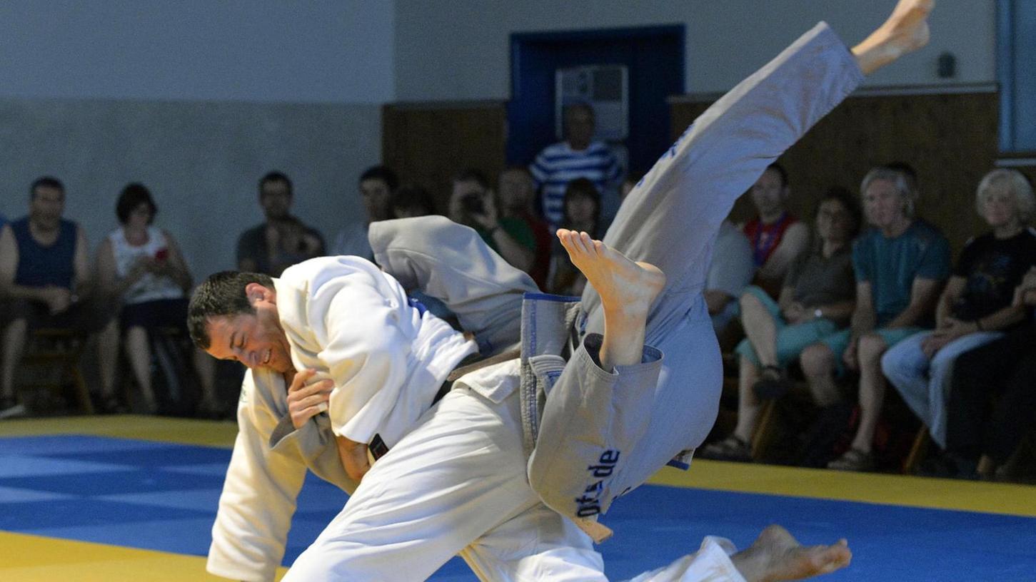 Niemals aufgeben: Das ist das Motto der Erlanger Judoka (grauer Anzug) in der Bundesliga.