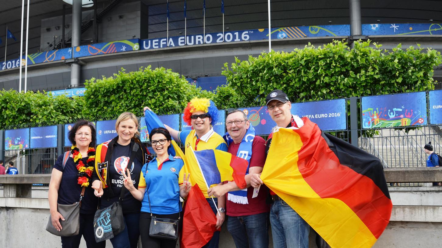 Wir suchen Fans, die die WM vor Ort in Russland verfolgen. Mit dabei ist zum Beispiel Wolfgang Hellmann, CSU-Stadtrat aus Röthenbach an der Pegnitz (2.v.r.). Diese Aufnahme zeigt ihn bei der EM 2016 vor dem Stade de France in Paris.