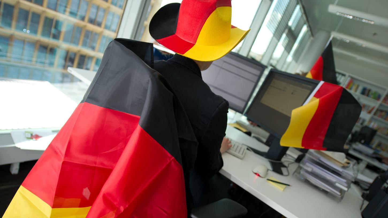 Firmen wie Puma und Adidas wollen ihren Mitarbeitern Screens zur Verfügung stellen, über die diese zusammen die Weltmeisterschaft verfolgen können.