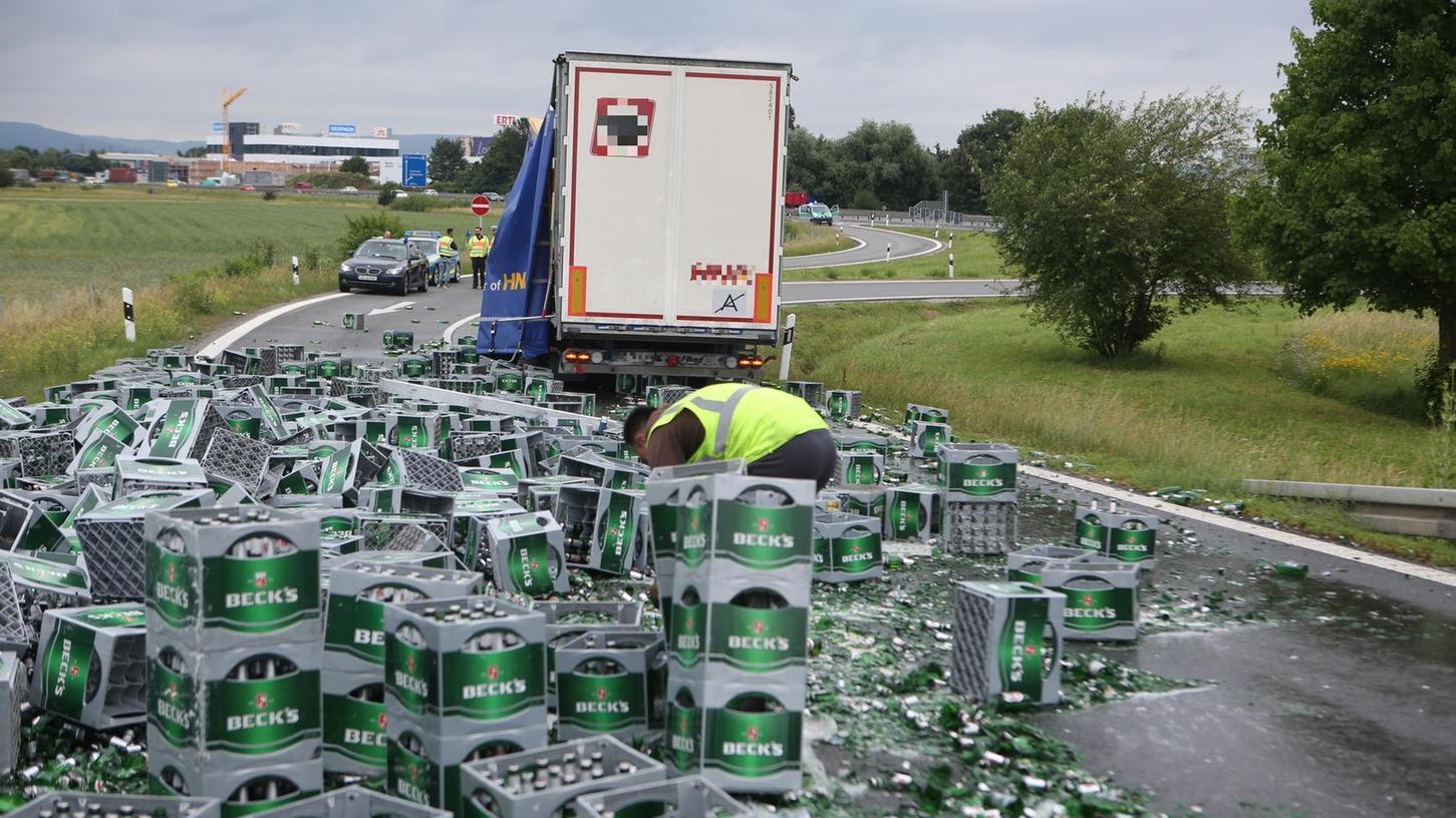 Ein Bierlaster verlor am Mittwochvormittag seine komplette Ladung auf der A70-Anschlussstelle Bamberg-Hafen. Für die Dauer der Aufräumarbeiten ist die Zufahrt derzeit vollgesperrt.