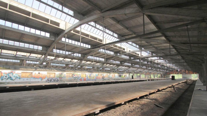 Einst wurden hier Güterzüge be- und entladen, doch die früheren Umladehallen an der Brunecker Straße stehen schon seit 20 Jahren leer. Jetzt hat ihr Abriss begonnen.