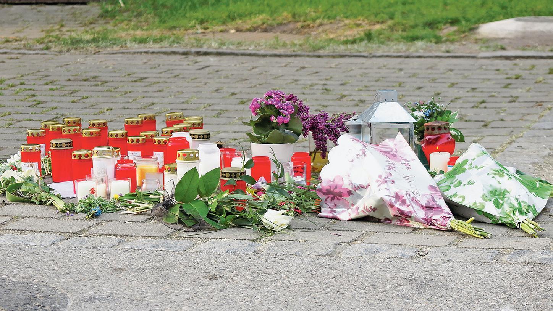 Blumen und Kerzen wenige Tage nach dem Unfall an der Unglücksstelle in Wettelsheim. Seither sind die Betroffenheit und Hilfsbereitschaft im Dorf groß.