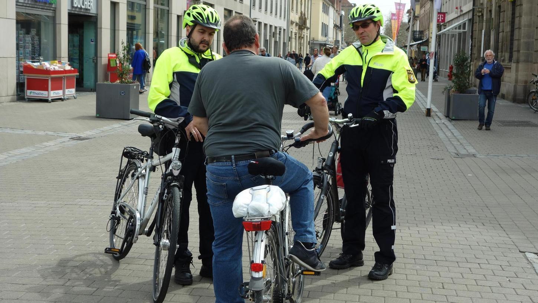 Die neuen radelnden Polizisten um Frank Weidner (r.) haben in der Stadt reichlich zu tun.