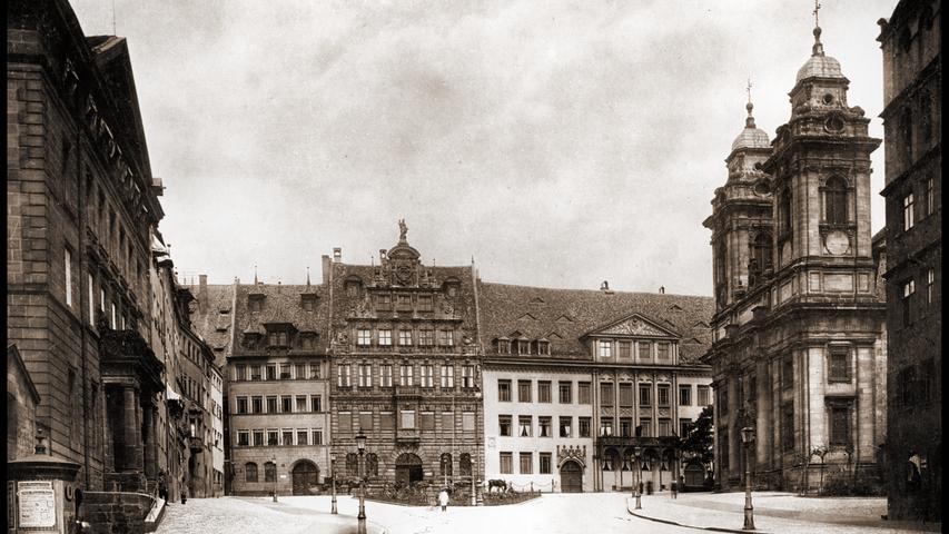 Die historische Ansicht von 1897 zeigt schön, dass sich das Spielearchiv auf das frühere Pellerhaus und das sich rechts davon anschließende Imhoffhaus verteilt. Beide waren äußerst repräsentative Bürgerhäuser.