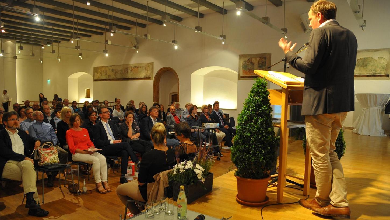 """""""Wenn wir alle mitmachen, können wir viel erreichen"""" — das sagte Tobias Bandel, Geschäftsführer der Beratungsfirma Soil&More Impacts, und selbsternannter """"Bio-Fundi"""" bei seinem Vortrag zum Neumarkter Publikum."""