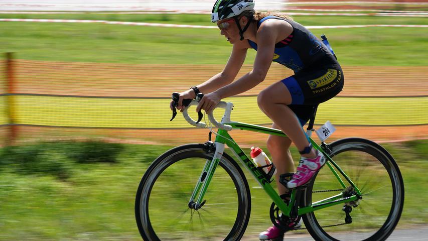 Foto : Salvatore Giurdanella (giu) / 16.06.2018 / wirecenter am..motiv : 30. Memmert Rothsee Triathlon ..Samstag 2. Bundesliga Frauen..Radfahren....Rothseetriathlon2018