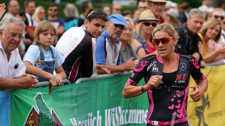 In der Gasse vor dem Zieleinlauf genoss Anja Beranek den Zuspruch der Zuschauer.
