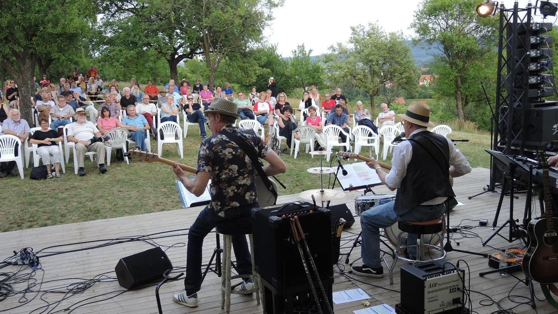 Die Skinny Winni Band überzeugt auf der Streuobstbühne mit fränkischem Rock'n'Roll und Blues.
