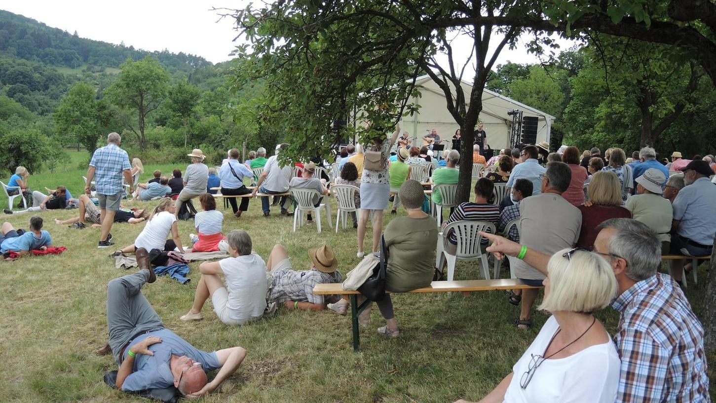 Ganz entspannt lauschte das Publikum den Dichtern, Kabarettisten und Musikern beim Mundartfestival Edzerdla auf dem Kapellenberg bei Burgbernheim (Landkreis Neustadt/Aisch–Bad Windsheim).
