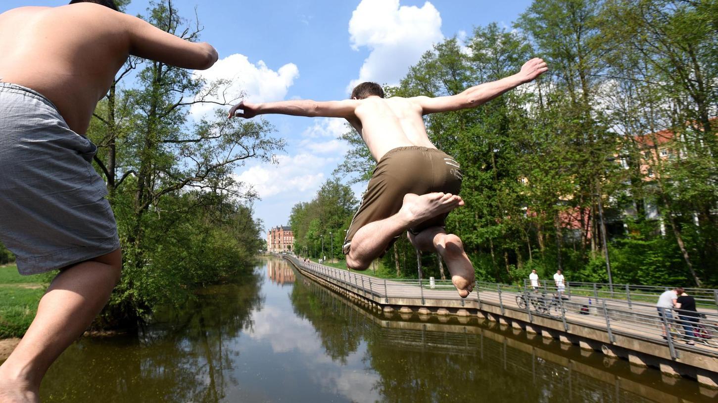 Schön anzuschauen und an warmen Tagen ein beliebtes Vergnügen bei Jugendlichen — aus gesundheitlicher Sicht aber ist vom Sprung in die Fürther Flüsse abzuraten, sagen die Behörden.