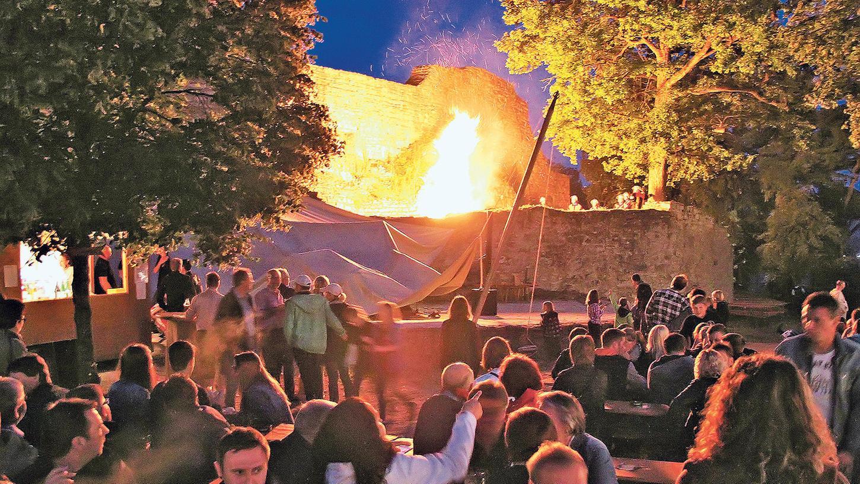 Neben dem Sonnwendfeuer gibt es beim diesjährigen Burgfest auch ein Jubiläums-Feuerwerk.