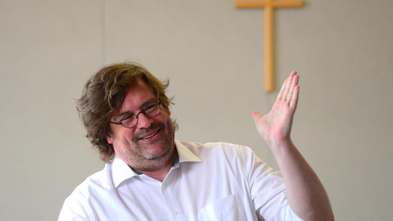 Nach Antworten auf Fragen der Radikalisierung sucht der Schauspieler Philipp Brammer im Gerichtssaal in mehreren Rollen.