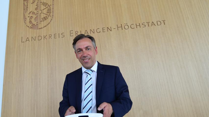 Das neue Landratsamt ist bezugsfertig. Portrait Landrat Alexander Tritthart im Sitzungssaal.. Foto: Klaus-Dieter Schreiter.