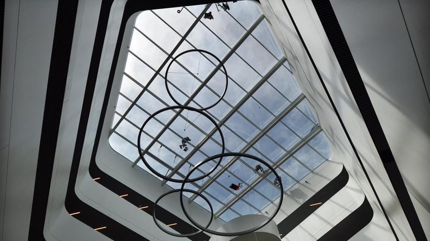 Das neue Landratsamt ist bezugsfertig. Im Foyer, Blick nach oben.. Foto: Klaus-Dieter Schreiter.
