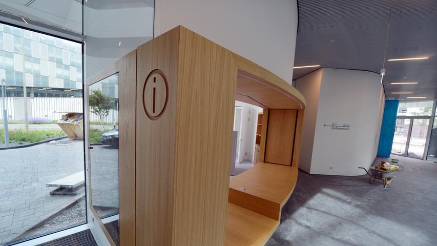 Das neue Landratsamt ist bezugsfertig. Die Information im Foyer.. Foto: Klaus-Dieter Schreiter.