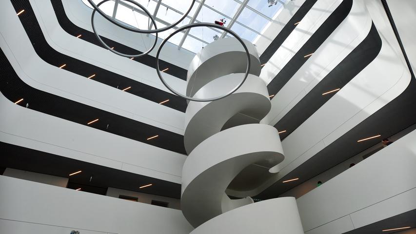 Das neue Landratsamt ist bezugsfertig. Das Foyer mit Wendeltreppe.. Foto: Klaus-Dieter Schreiter.