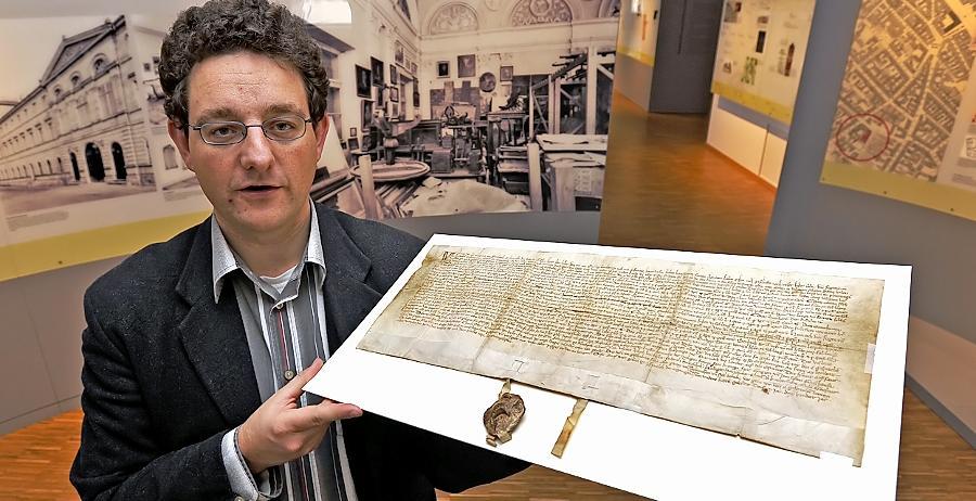 Auftakt zur neuen Ausstellungsreihe: Stadtarchivleiter Dr. Martin Schramm hält im Museum an der Ottostraße die älteste Fürther Urkunde in Händen.