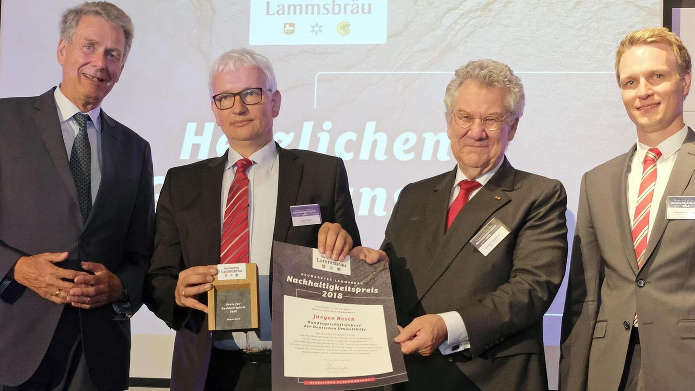Lammsbräu-Inhaber Franz Ehrnsperger gratulierte Jürgen Resch, der den Nachhaltigkeitspreis in der Kategorie Herausragendes Engagement erhalten hat. Hier mit Laudator Carsten Stroetmann und Johannes Ehrnsperger (v.li.).
