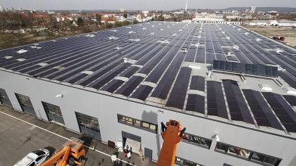 Die Stadtwerke Erlangen, die bisher die gesetzlich verfügte Einspeisevergütung auf alle Stromverbraucher umlegen mussten, sind mittlerweile selbst Produzent von Solarstrom (wie hier auf dem Bauhof) und damit Empfänger ihrer eigenen Wohltaten.