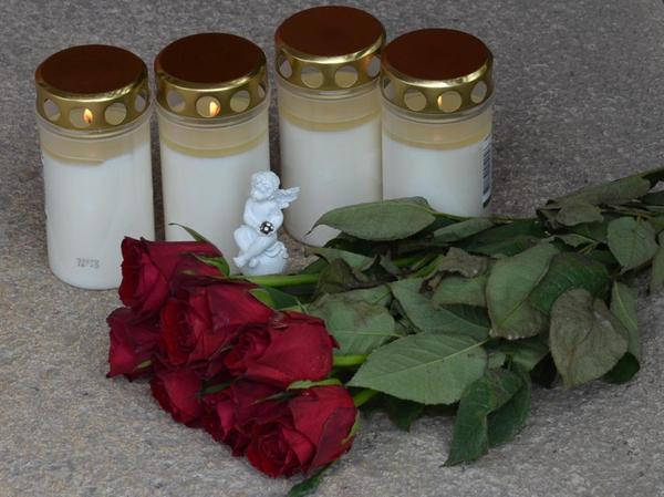 Vor dem Hauseingang Bismarckstraße 31 wurden noch am Dienstag rote Rosen und vier Kerzen abgelegt. Sie zeugen von der Trauer und Betroffenheit vieler Bürger angesichts der Familientragödie.