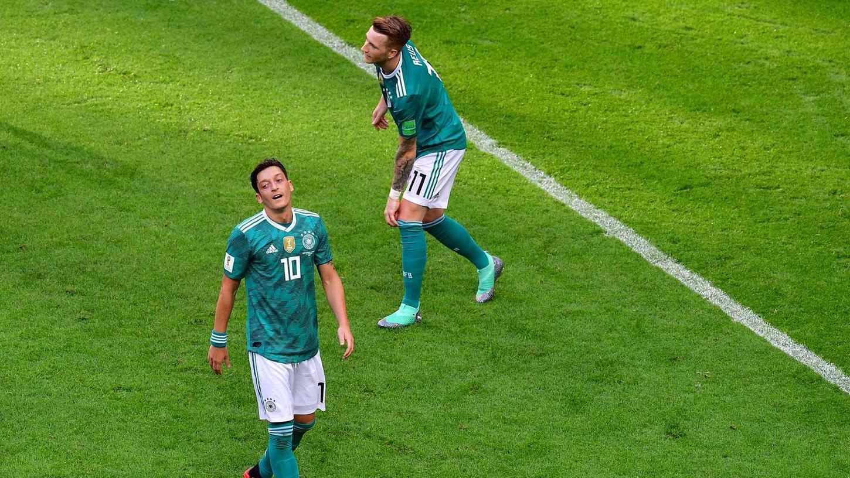 Diese Pleite hat Sportgeschichte geschrieben: Erstmals überhaupt ist Deutschland bei einer Fußball-Weltmeisterschaft in der Vorrunde ausgeschieden.