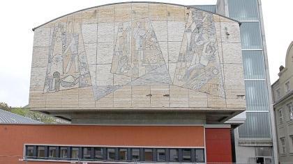 Aus Carrara-Marmor wurde vor exakt 50 Jahren dieses Mosaik mit den Gewerken der Berufsschule geschaffen. Ein bedeutendes Zeitdokument.