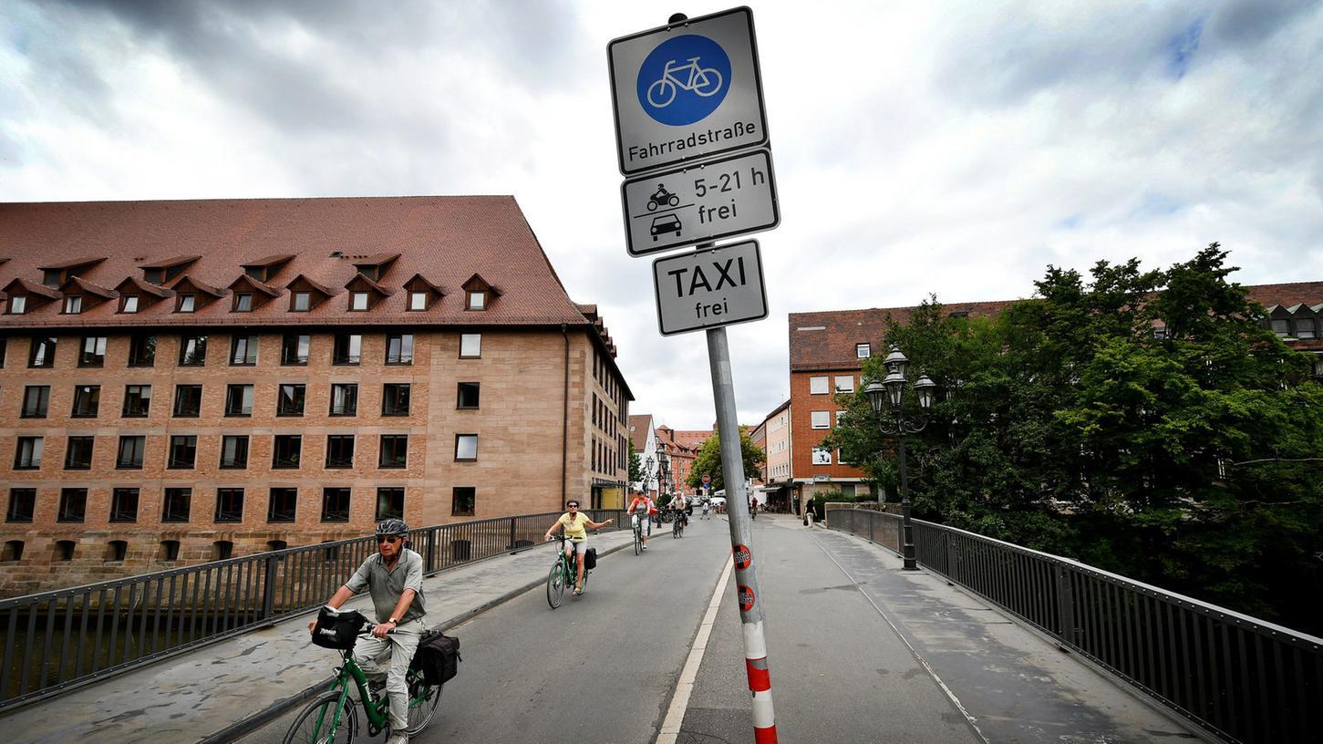 Die Fahrbahn auf der Spitalbrücke Richtung Hans-Sachs-Platz ist die einzige Fahrradstraße in Nürnberg. Bisher. Jetzt beschloss der Verkehrsausschuss die Ausweisung von Fahrradstrecken in Länge von insgesamt 15 Kilometern