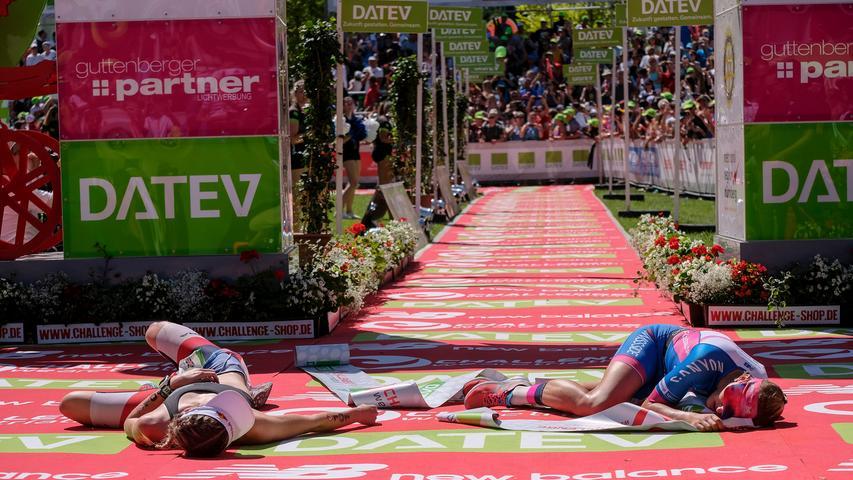 Das Foto des Jahres 2018: Daniela Sämmler (GER, rechts), die heute Daniela Bleymehl heißt, holt sich den Sieg mit neun Sekunden Vorsprung vor Lucy Charles (GBR), die 8:43:51 unterwegs ist und heute Lucy Charles-Barclay heißt.