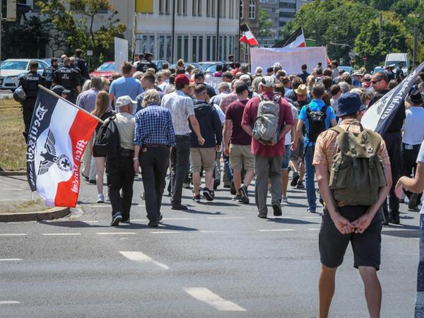 Begleitet von Polizeieinsatzkräften zogen am Samstag mehr als 200 Rechtsradikale vom Rathenauplatz zum Willy-Brandt-Platz. Ungehindert konnten sie in der Öffentlichkeit gegen Juden hetzen.
