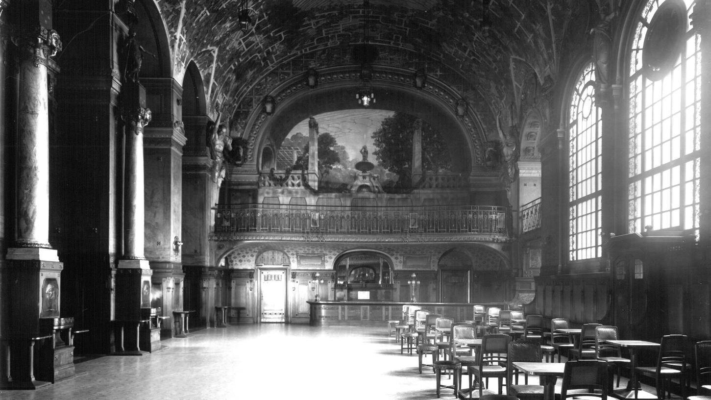 Noch 1934 fühlte man sich im Foyer des Opernhauses wie in einem mystischen Paradiesgarten. Nur einer der Kaffeetische (vorne rechts) hat überlebt.