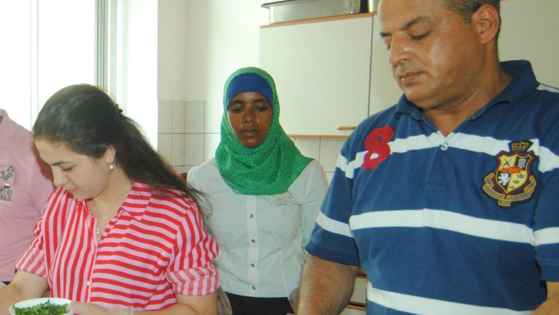 Geflüchtete aus dem Irak, Äthiopien, Syrien und Aserbaidschan beim gemeinsamen Kochen in der Geschäftsstelle des Vereins.