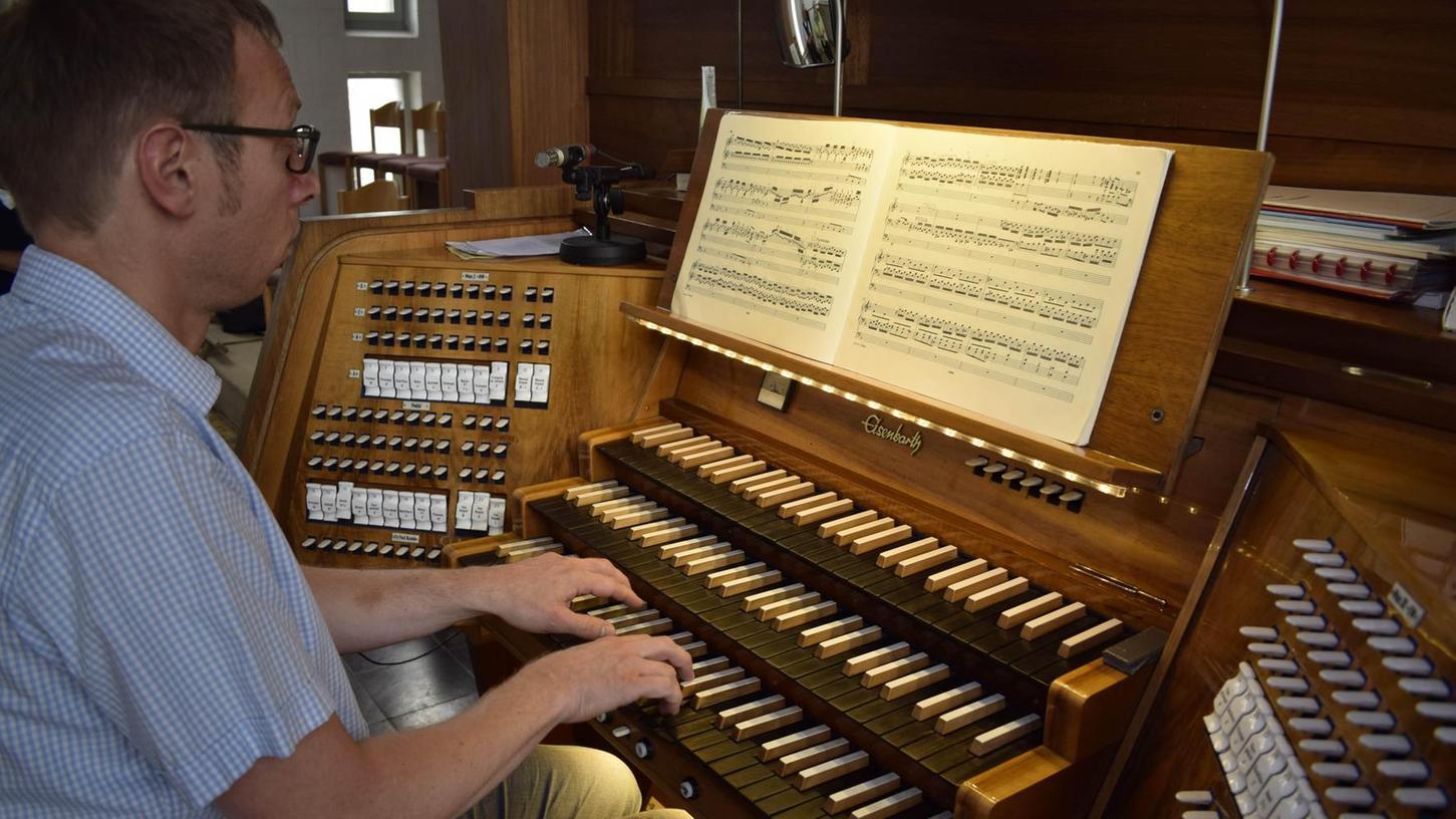 Organist Matthias Hofknecht verkauft derzeit die 143 Takte der berühmten Toccata und Fuge d-Moll von Bach für die Restaurierung der Eisenbarth-Orgel in der Christkönig-Kirche.