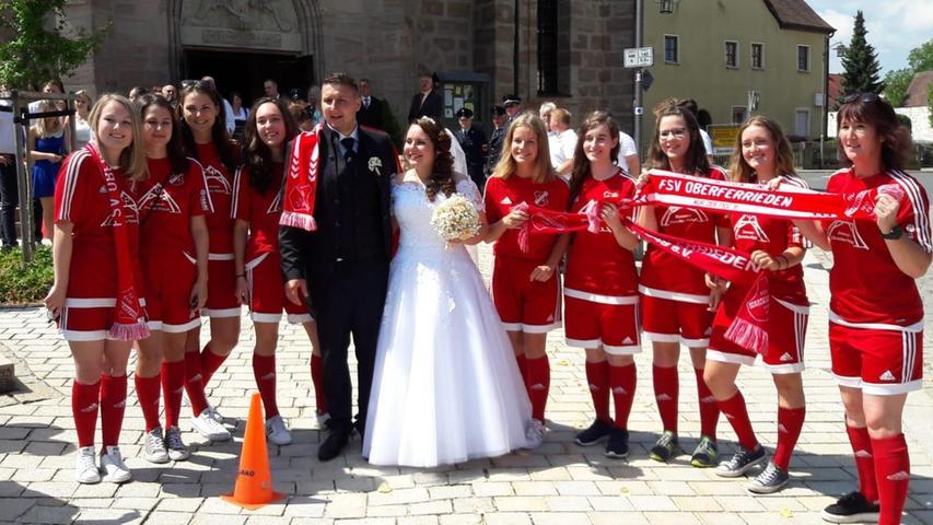 Fünf Wochen nach ihrer standesamtlichen Trauung haben Anja und Rafael Bartyla in der St.-Georg-Kirche in Pyrbaum geheiratet. Die gelernte Bäckereifachverkäuferin aus Pruppach, eine geborene Joschko, und der Heizungsbauer aus Schlesien haben sich vor fünf Jahren in Polen über eine Bekannte kennengelernt. Beide wohnen gemeinsam in Pruppach, wo sie nun auch ein Haus bauen. Vor der Pyrbaumer Kirche standen die Fußballdamen des FSV Oberferrieden Spalier, um ihrer Mitspielerin und deren Bräutigam zu gratulieren. Dem schlossen sich auch Mitglieder des FC Pruppach und der Pruppacher Feuerwehr an, in deren Reihen beide Brautleute aktiv sind.