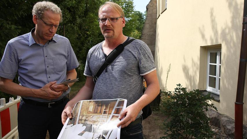 Archäologe Marco Goldhausen (r.) und Bürgermeister German Hacker an der Ostseite des Schlosses. Hier werden die Fundamente freigelegt.