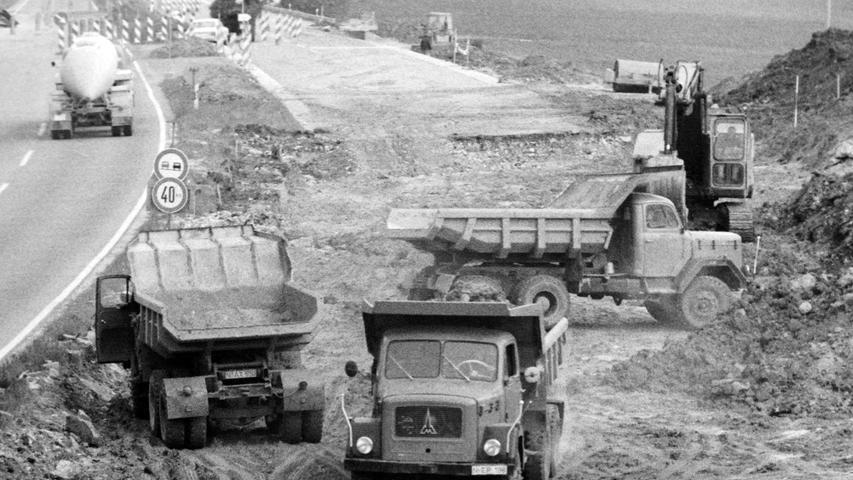 Immer wieder müssen auf der Autobahn die Fahrbahnen erneuert werden. Das war auch vor 50 Jahren schon so, als etwa der A9 bei Pegnitz nicht nur die Teerdecken repariert werden mussten, sondern zusätzlich auch noch eine Standspur angelegt worden ist. Dafür waren erhebliche Eingriffe in die Landschaft nötig, auch mehr als 100 Bäume mussten gefällt werden. Den ganzen Sommer über waren 1968 über 100 Arbeiter tätig, die Kosten betrugen damals fünf Millionen Mark.
