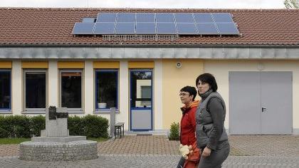 Auf dem nach Süden ausgerichteten Dach des Lehrertraktes an der Grundschule Bubenreuth wurden Solarmodule montiert. Wie Martin Hundhausen sagte, gehe es nicht so sehr um Leistung als um Klimafreundlichkeit.