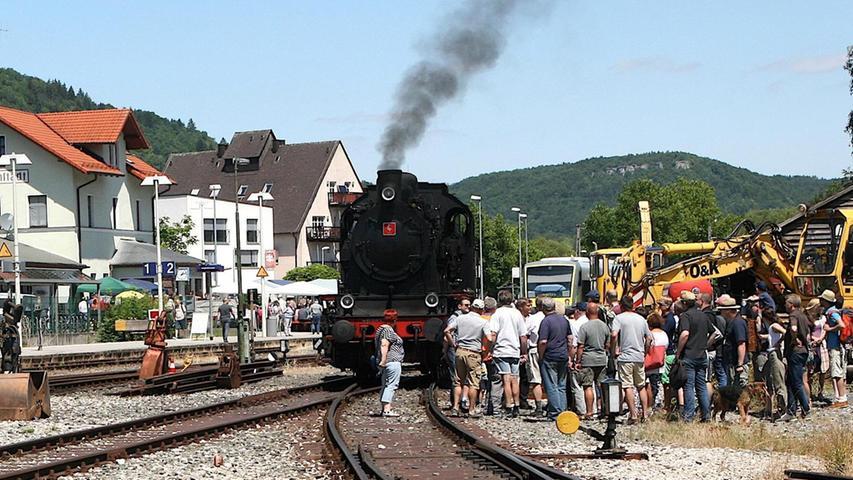 Zahlreiche Besucher kamen zum Fest an den Ebermannstädter Bahnhof und bestaunten dort die schnaubenden Rösser der Dampfbahn Fränkische Schweiz.