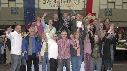 Doppelte Freude: Die Mitglieder des Nürnberger Akkordeonorchesters und des Nürnberger Akkordeonensembles vor und auf dem Siegespodest des International World Music Festivals.
